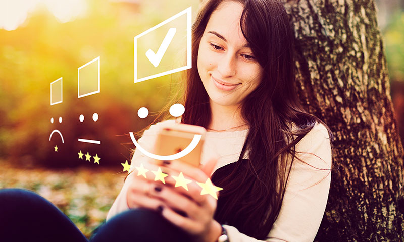Frau bewertet unternehmen mit dem Smartphone
